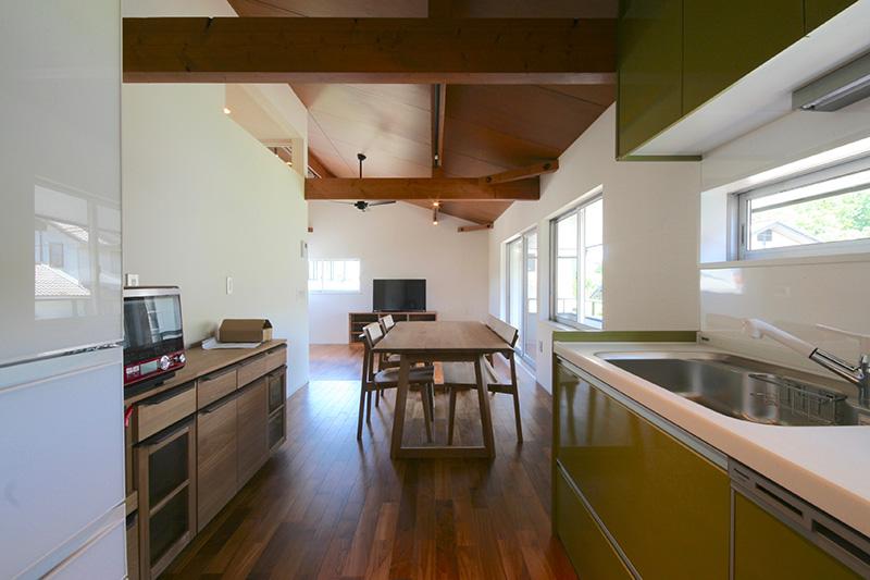 キッチンとチーク・フローリングとの色合いの組み合わせが何ともユニークです!