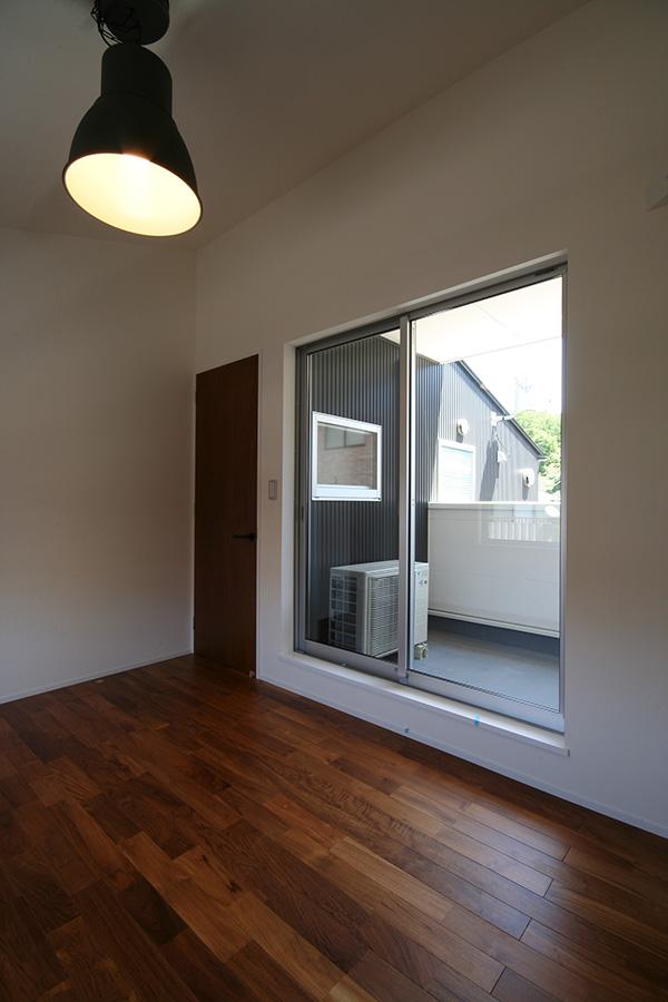 白地のクロスとチークの床材。好対照な色合いがメリハリのある空間づくりを演出しています。