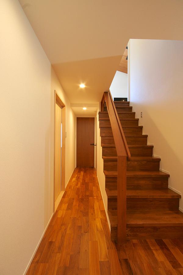 階段材はタモのフリー板をチーク色に塗って仕上げました。