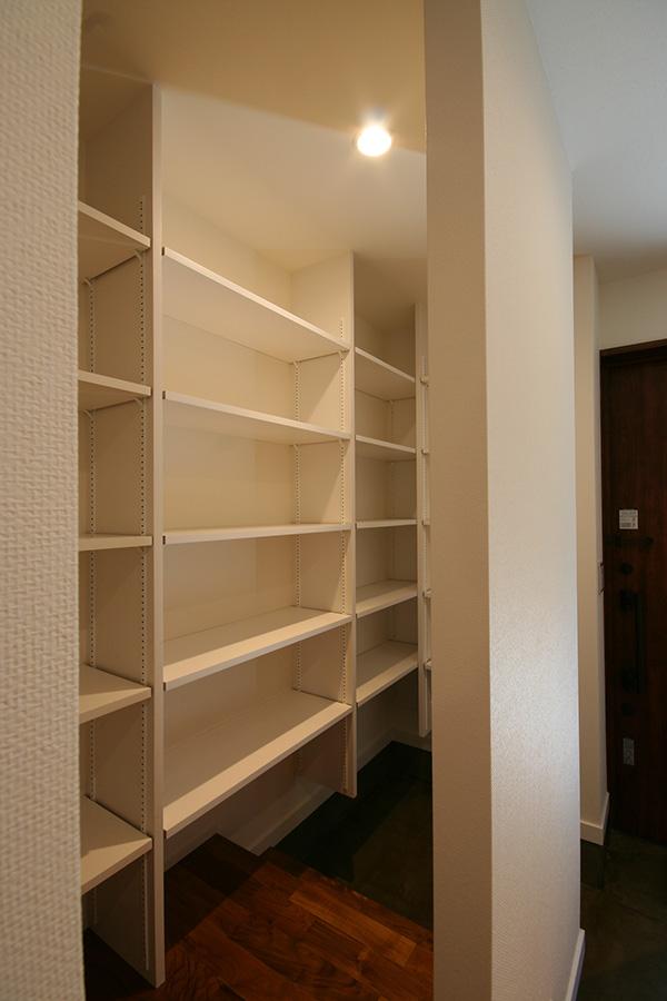 玄関わきの収納スペース。靴のほかにも何でも入れられそうです。