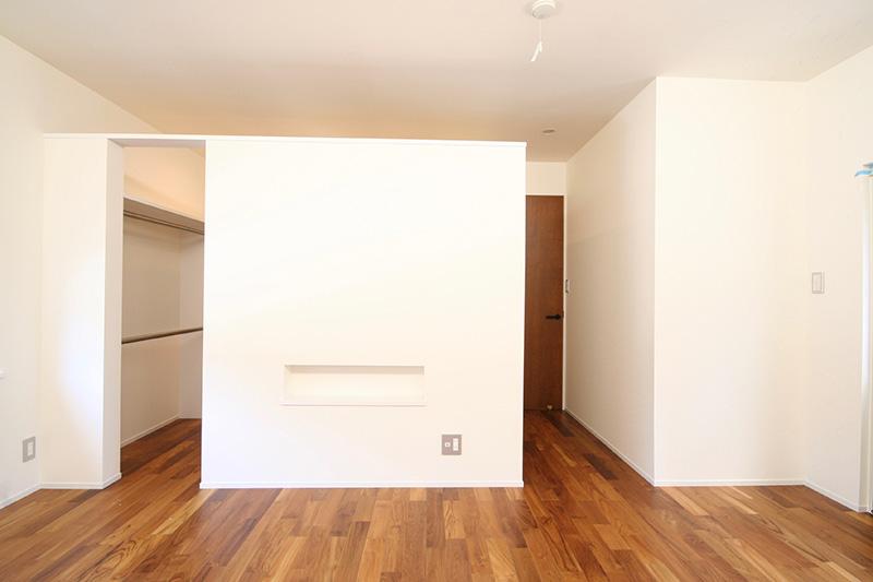 外からの日差しを浴びて、チークの床材も白地のクロス壁も明るく輝いています。