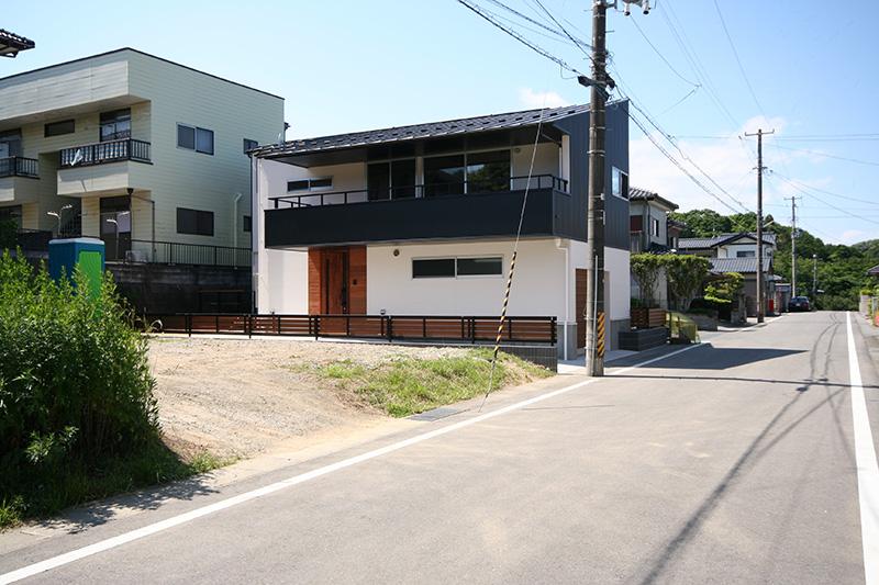 福島県・個人住宅 T様邸 玄関部分にご採用頂きました。青や白の外壁とコントラストを成しており、引き締まった印象があります。