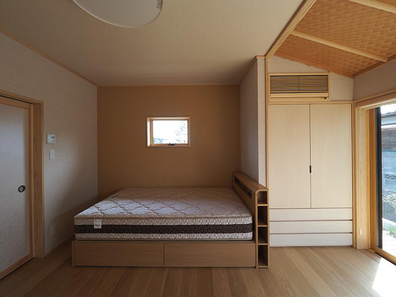 福島県・個人住宅 S様邸 寝室にも落ち着いた風合いのオーク材を施工しました。心地よい空間となっていますね!
