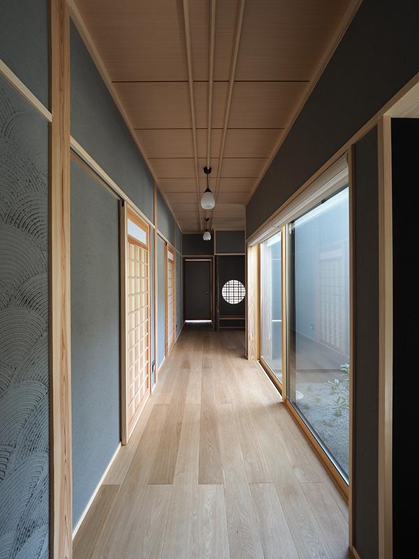 和風の内装材は一際存在感がありますが、オークは過度に主張せず、それでいて一定の存在感も出しており、絶妙なバランスで空間が調和しています。