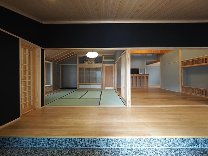 玄関側から和室を望みます。伝統的な和室の空間を引き立たせる様にオークの床材が存在します。