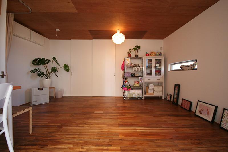 天井のシナベニヤとアカシアの床材との色合いがマッチしていますね!