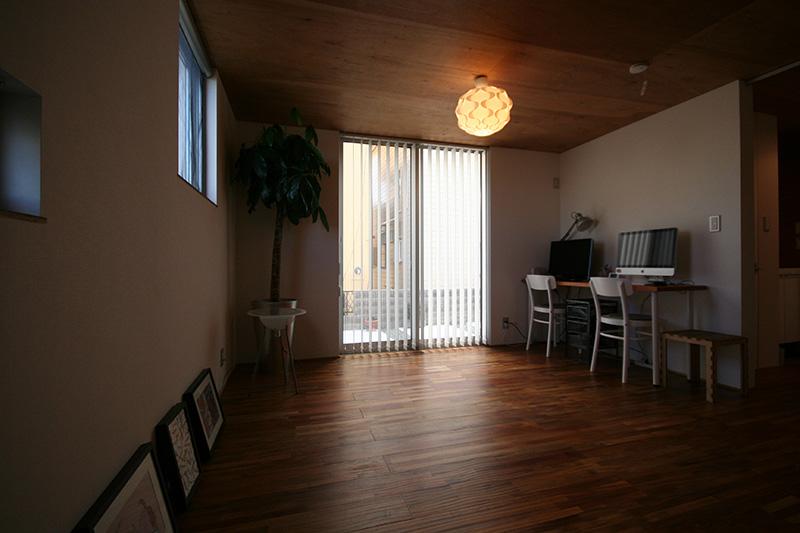 福島県・個人住宅 K様邸 オシャレな照明がアカシアの様々な色合いを引き立てていますね!