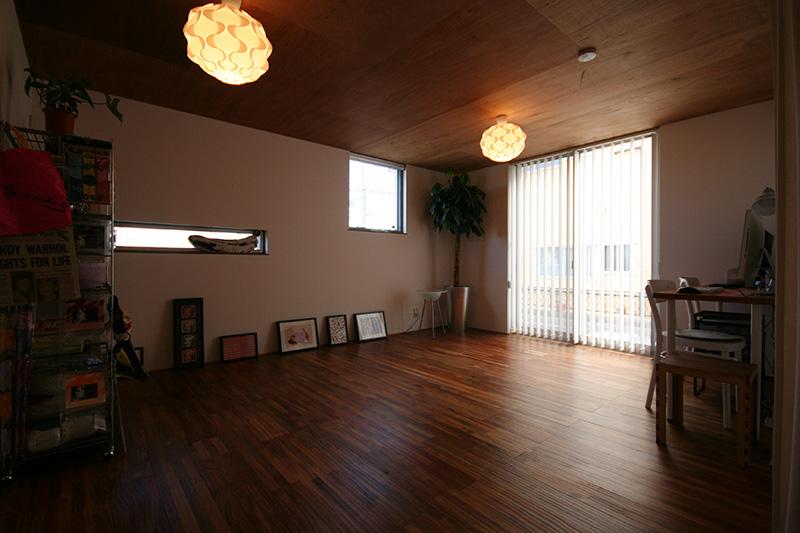 アカシアの床材はカジュアルな空間にぴったりですね!