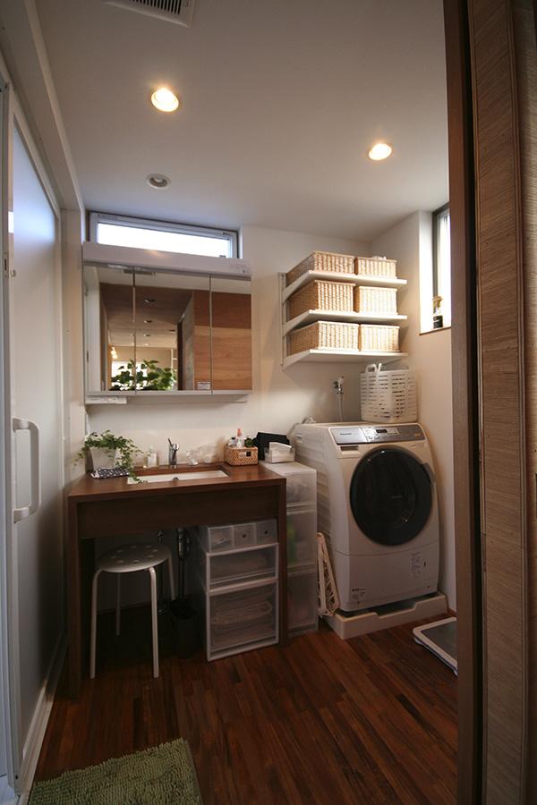 洗面所もアカシアの床材を。高級感あふれる空間ですね!