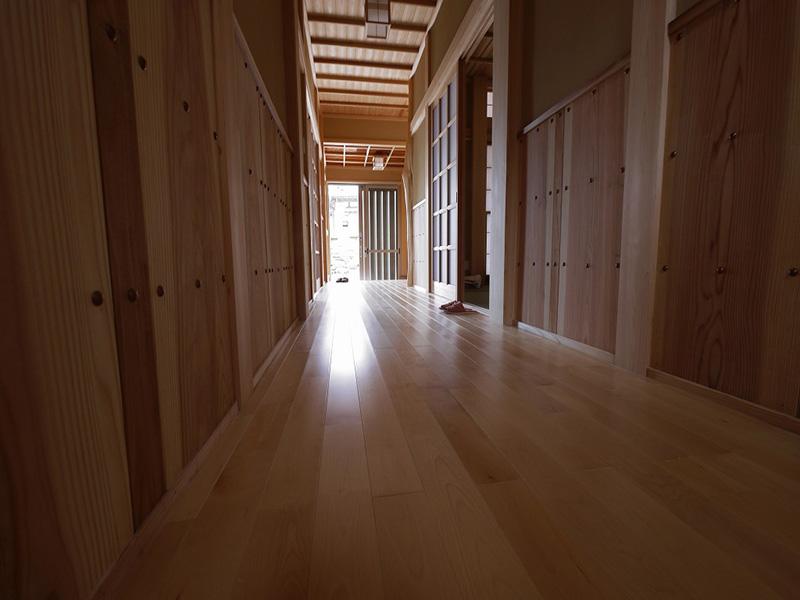 白い床材が和風の建具とマッチしています。