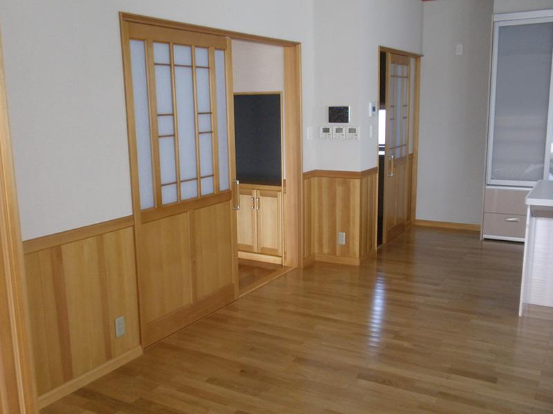 福島県・個人住宅 建具、腰壁、収納棚、全てアガチスで作成しました。全てハンドメイドということで、職人さんの技術力の高さが伺えます。