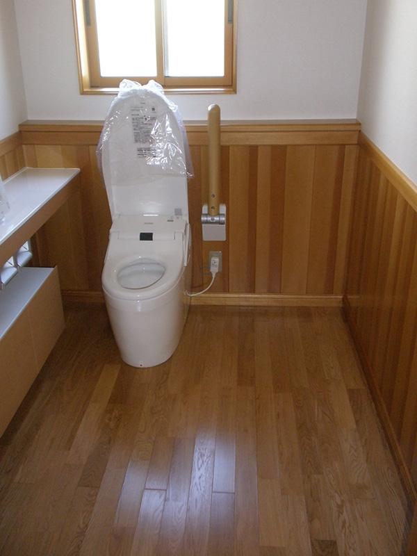 トイレの腰壁にもアガチス腰壁を製作されています。