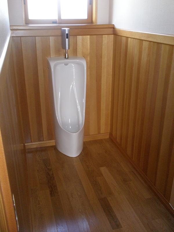 オークの床材とアガチスの腰板でお手洗い部分も豪華な風合いになっています!
