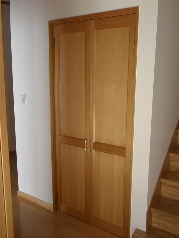 ドア枠、建具にアガチスを使用しています。高級感が感じられる作りです。