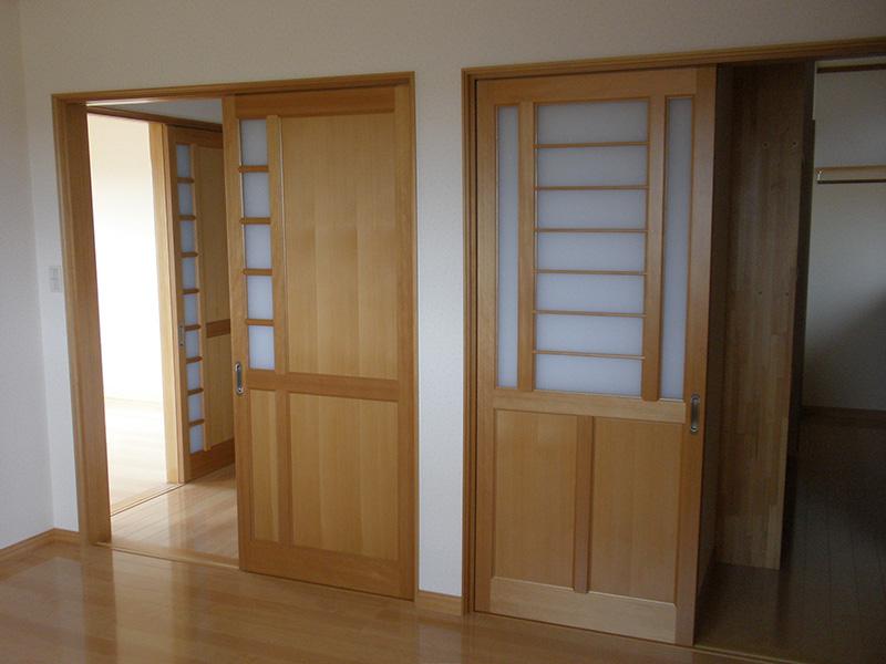建具のガラス格子の配置も凝っており、意匠性が非常に高いです。
