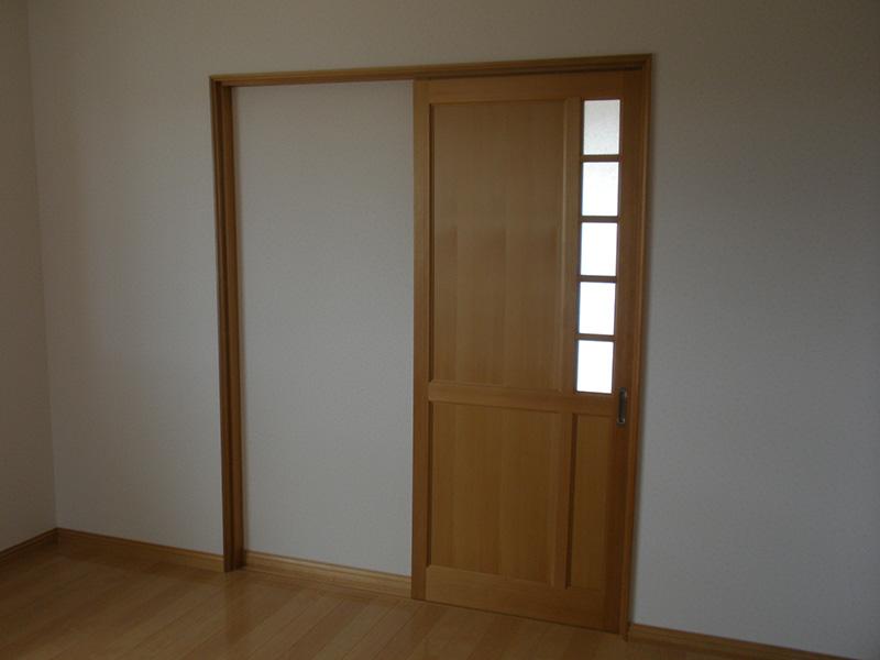 ガラス格子の配置がおしゃれなドアですね!