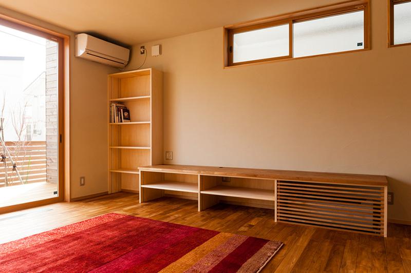 存在感あふれるチークの床材と窓枠のアガチス。チークの木味の良さをアガチスが引き立たせています。
