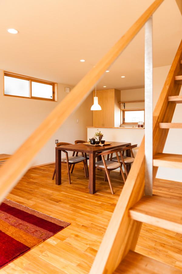 階段側からリビングを望んで。広々とした空間ですね!