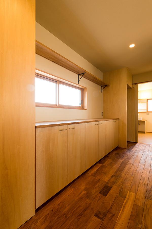 キッチン収納部分にもチークが使用されています。