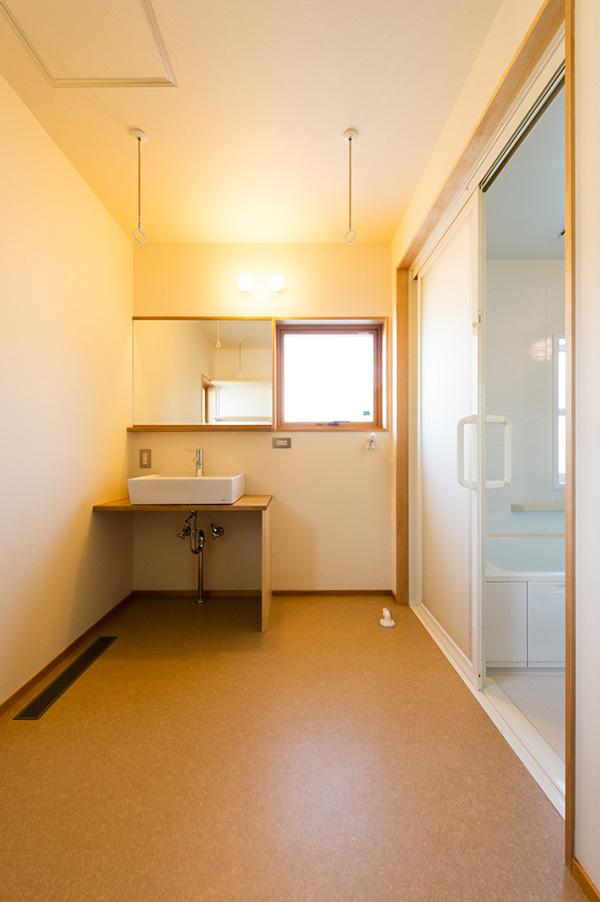 洗面所、浴室まわりにもアガチスを。設計者の強いこだわりが感じられます。