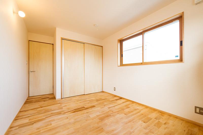 窓枠のアガチスと床材のカバザクラ。飽きの来ないナチュラルな空間ですね。