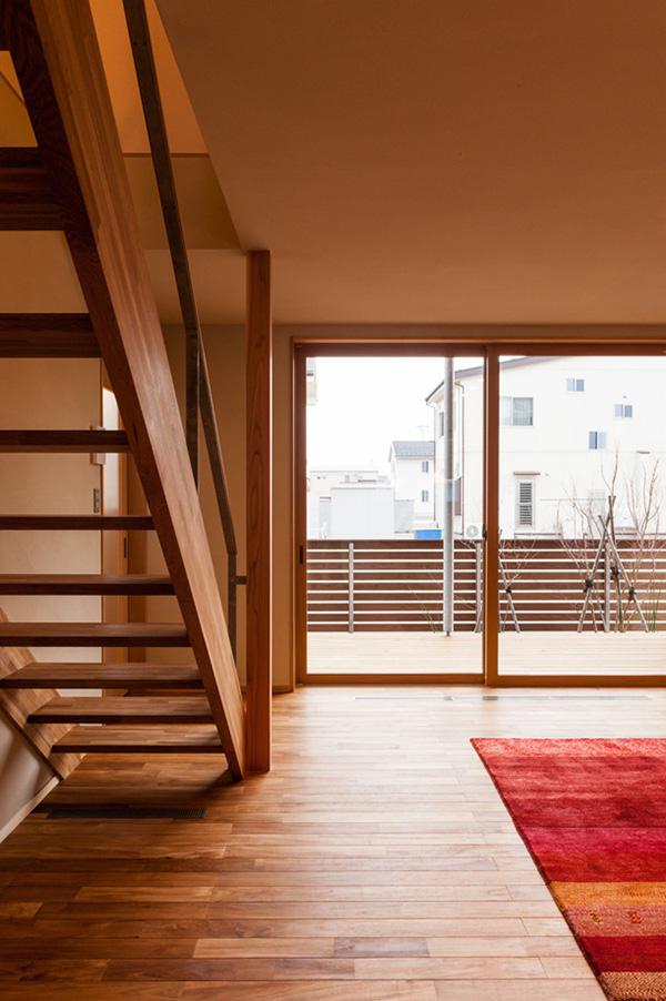 階段も側桁と段板だけで構成されており、開放的な空間となっています。