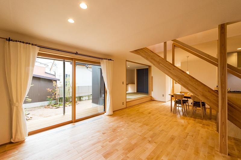 新潟県・個人住宅 広々とした窓枠と小上がり和室の枠にアガチスをご採用頂きました。