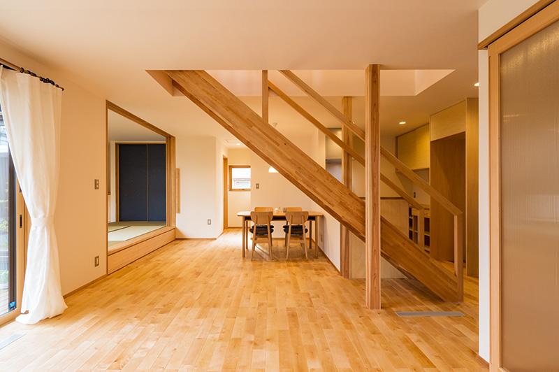 窓枠、小上がり和室の枠のほか、建具枠にもアガチスが使用されています。
