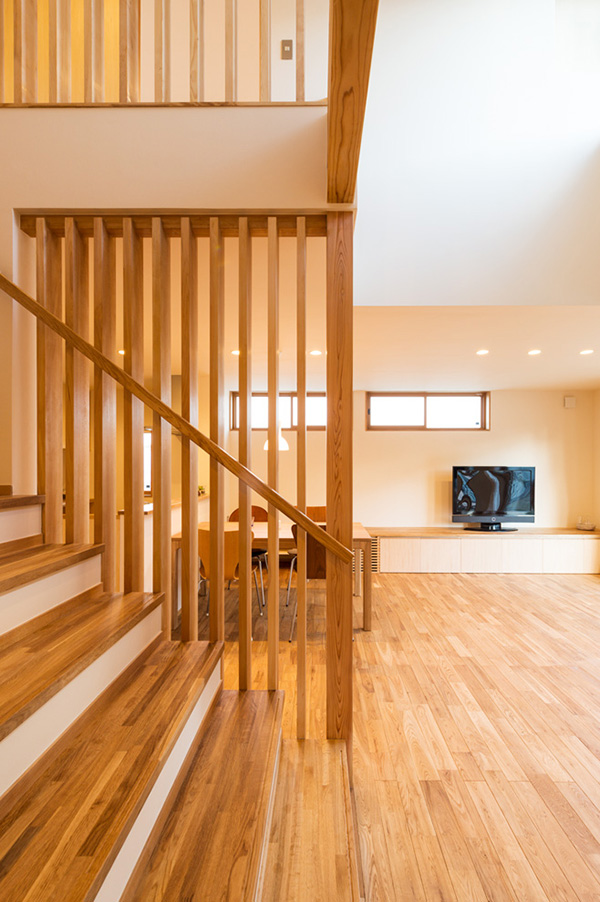 新潟県・個人住宅 階段と2階の格子にアガチスを使用しました。おだやかな木目が他の樹種の良さを引き立たせています。