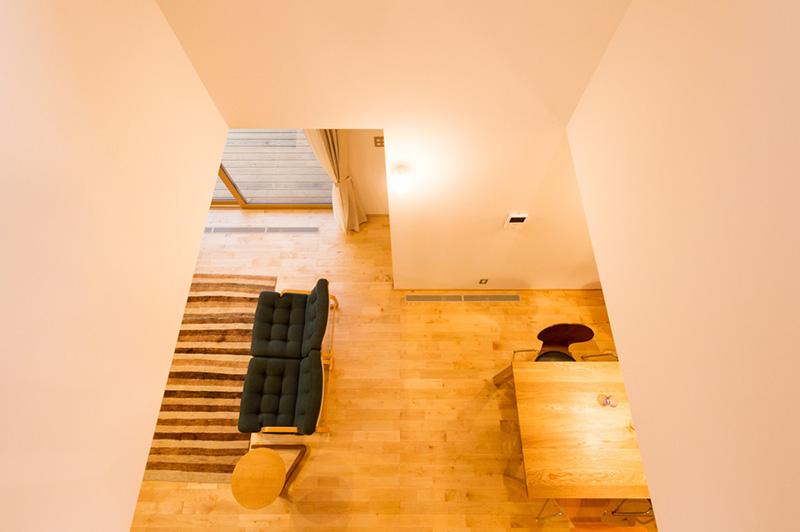 新潟県・個人住宅 2階の吹き抜けから1階を見下ろして。カバザクラの上品さが見て取れます。