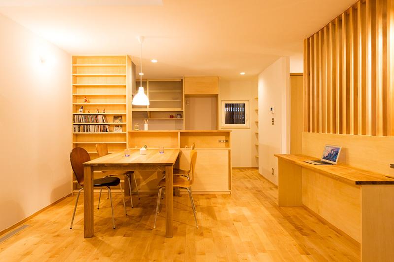 CDラックなどの造り付けの家具やカウンター、格子に至るまで無垢材がふんだんに使われており、非常にウッデイーな雰囲気です!