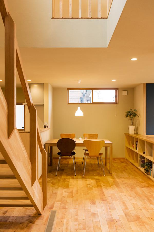 カバザクラの床材は壁のゼオライトエコナやアガチスの枠材とも違和感なく調和しています。
