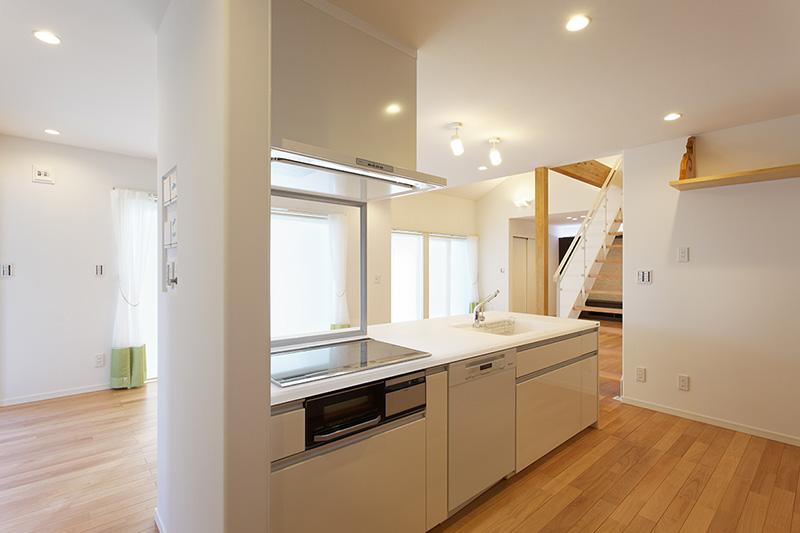 モダンなデザインのキッチンと西南桜。上品な空間を演出しています。