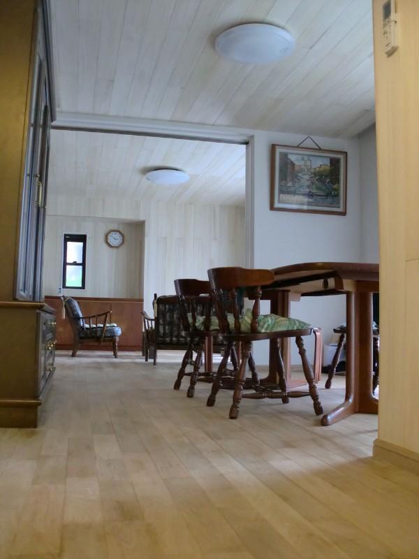 天井には桐の羽目板を。オークの床材とあわせてナチュラルな空間となっています。