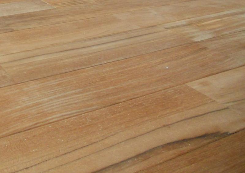 チークの無塗装品の木肌。全体的に薄い感じの色ですね。