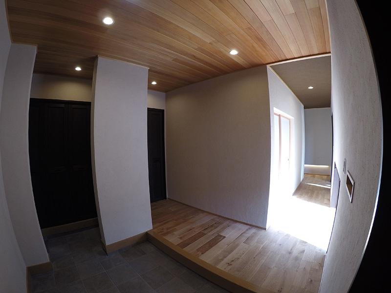 玄関部分にもアガチス羽目板をふんだんに使用頂いております。