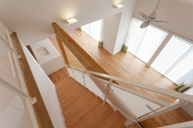 福島県・個人住宅 W様邸 2階からリビングを望みます。明るく開放的な空間ですね!